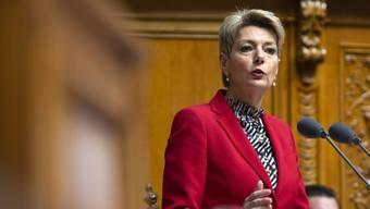 Justizministerin Karin Keller-Sutter hofft, dass Opfer von häuslicher Gewalt mit einem Tracker besser vor ihren Gefährdern geschützt werden könnten. (Archivbild)