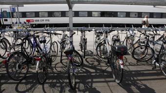 Das Velo am Bahnhof parkieren, danach den Helm in ein spezielles Schliessfach ablegen. Ist dies die Zukunft?