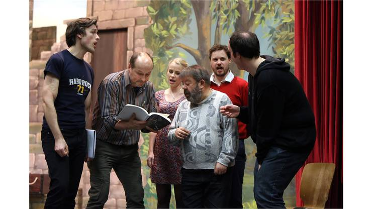 Regisseur Mittmann unter den eifrigen Solisten.
