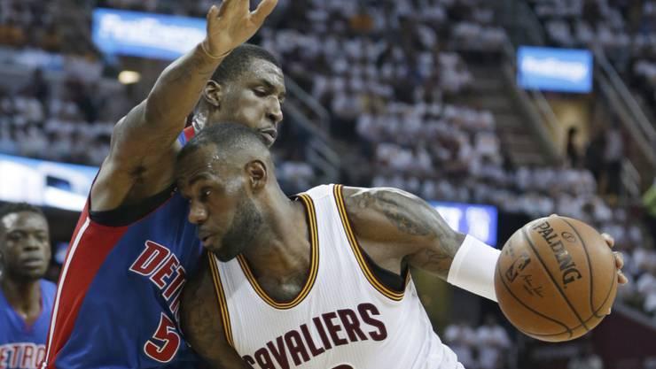 Detroits Kentavious Caldwell-Pope versucht Clevelands Star LeBron James zu stoppen