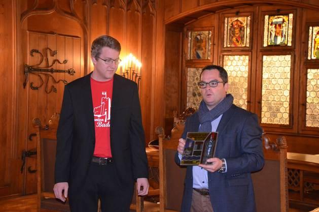 Stadtrat Roger Huber übergibt die traditionelle Wappenscheibe an Dominik Suter