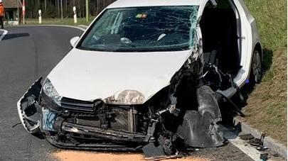 Autofahrer von Sattelschlepper eingequetscht und schwer verletzt