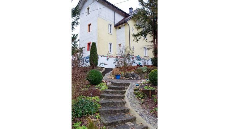 Die Hausfassade mit den modellierten Formen und Figuren ist schon von Weitem zu sehen.