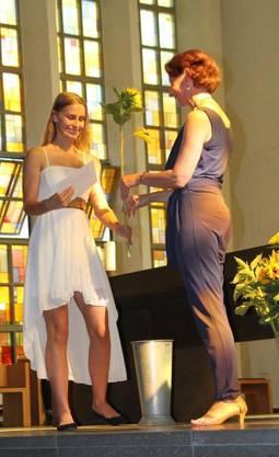 Klassenlehrerin Gabriele Claassen gratuliert der Abgängerin Rachelle Liechti