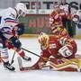 Biels Goalie Elien Paupe wird vom Zürcher Marco Pedretti in Bedrängnis gebracht