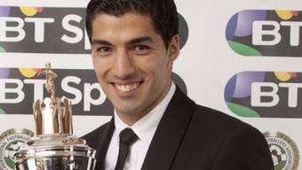 Luis Suarez mit dem Award seiner Spielerkollegen