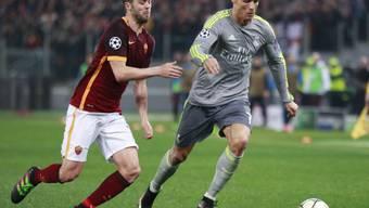 Cristiano Ronaldo (rechts) wird von Miralem Pjanic bedrängt