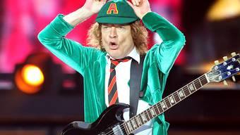 """ARCHIV - AC/DC-Leadgitarrist Angus Young spielt beim Konzert von AC/DC mit dem neuen Album """"Rock or Bust"""" in der Red Bull Arena in Leipzig. Foto: Jan Woitas/dpa-Zentralbild/dpa"""