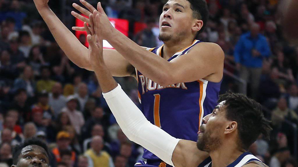 Utahs Schweizer Thabo Sefolosha versucht Devin Booker von den Phoenix Suns zu stoppen