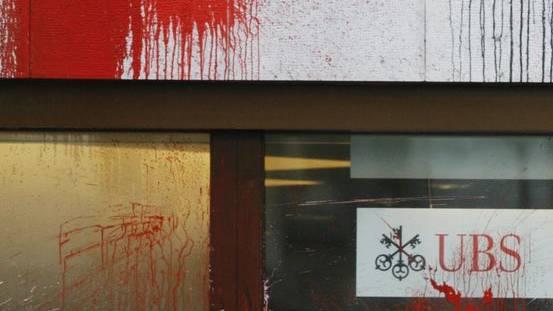 Die UBS wurde Opfer eines Farbanschlags (Archiv)