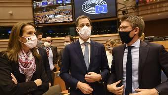 Belgiens Außenministerin Sophie Wilmes (l-r), Ministerpräsident Alexander De Croo und Wirtschaftsminister Pierre-Yves Dermagne nehmen in Brüssel an einer Plenarsitzung nach der Vertrauensabstimmung teil. Foto: Pool Didier Lebrun/BELGA/dpa
