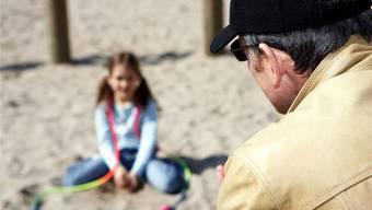 Kinder müssen insbesondere von den Eltern darauf sensibilisiert werden, wie sie sich im Umgang mit fremden Personen verhalten sollen.key