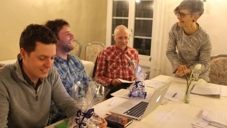 Die Einwohnerräte Matthias Keller (v.l) und Christoph Waldmeier erhalten von Präsidentin Therese Dietiker und Vorstandsmitglied Ursus Waldmeier eine Anerkennung für ihre Arbeit.