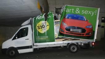 Der Lieferwagen wurde beim Unfall in der Unterführung stark beschädigt.