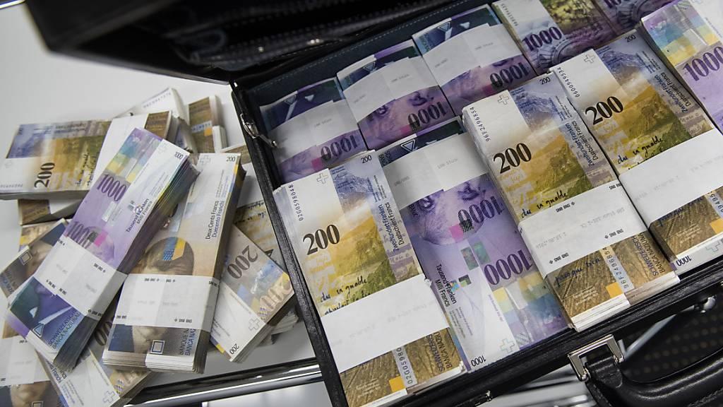 Nationalrat will Lohndeckel für Bundesbetriebe in Gesetz schreiben