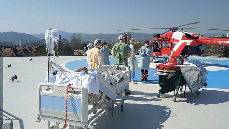 Eine Rega-Crew übernimmt den Transport eines Coronavirus-Patienten. (Symbolbild)