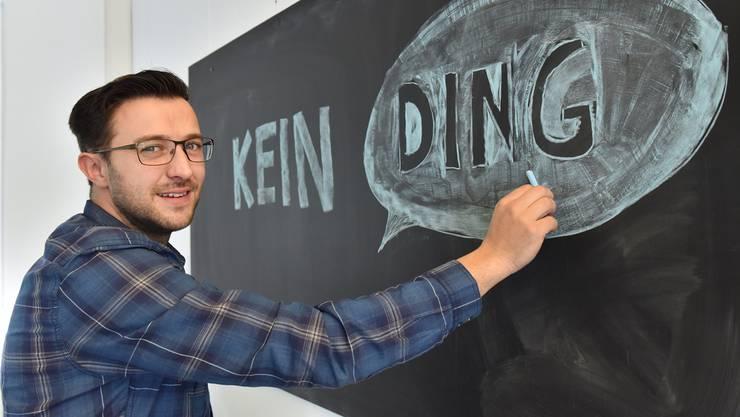 Mike Zettel, in seinem Büro an der Leberngasse 17 in Olten, zeichnet sein Firmenlogo auf die Wandtafel.