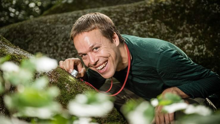 Daniel Hepenstrick arbeitet an seiner Doktorarbeit zur Naturschutzbiologie der Findlingsflora.