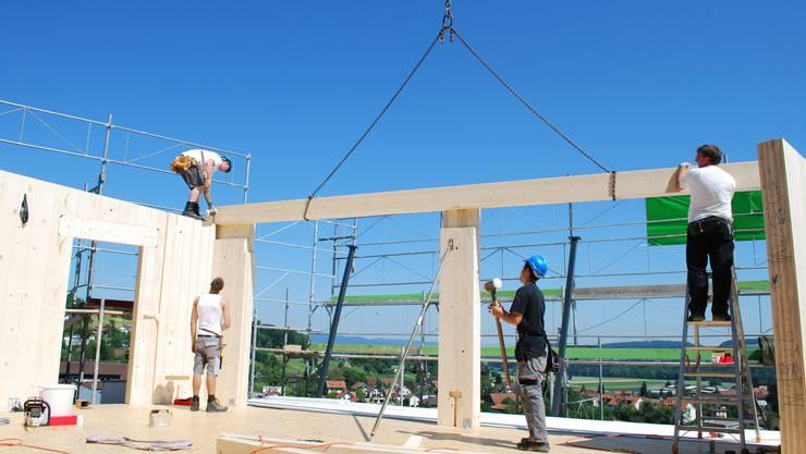 Bau eines Massivholzhauses: Die vorfabrizierten Elemente werden vor Ort zusammengebaut. (Helen Schatzmann)