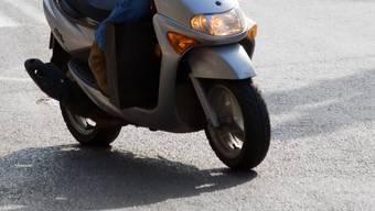 Eine betrunkene Rollerfahrerin kollidierte mit einem Auto. (Symbolbild)