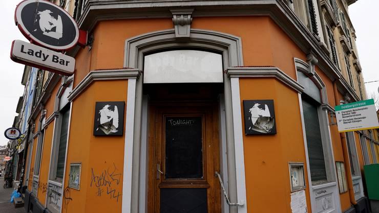 So wie hier bei der Lady Bar wird es wohl bald an diversen Standorten von Nachtclubs aussehen: Türen dicht, Läden unten und kein Programm mehr. Kenneth Nars