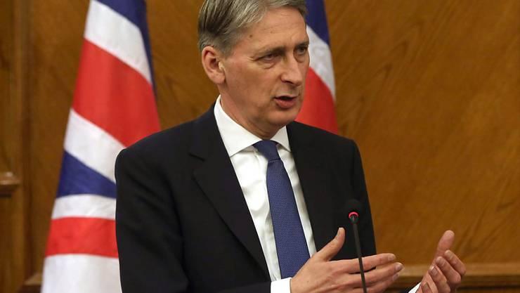 Der britische Aussenminister Philipp Hammond kritisierte Russland dafür, dass es mit seinen Luftangriffen in Syrien auch Rebellen ins Visier nimmt, die der Westen unterstützt.