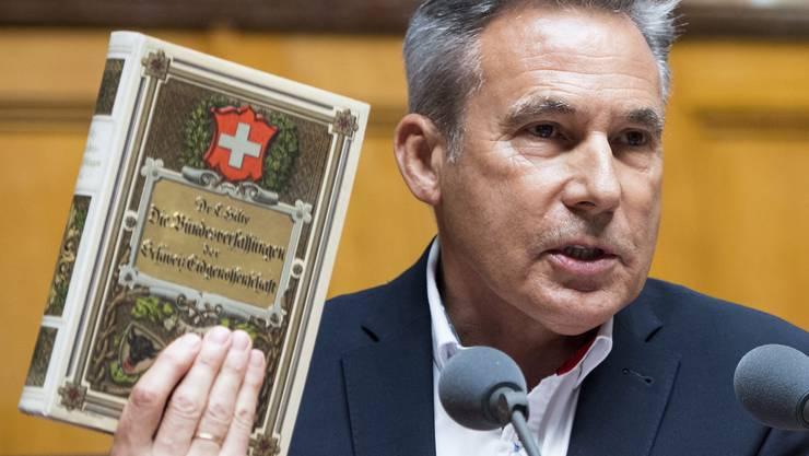 Brandrede im Nationalrat: Statt der aktuellen Verfassung zeigt Adrian Amstutz ein Geschichtsbuch aus dem 19. Jahrhundert.