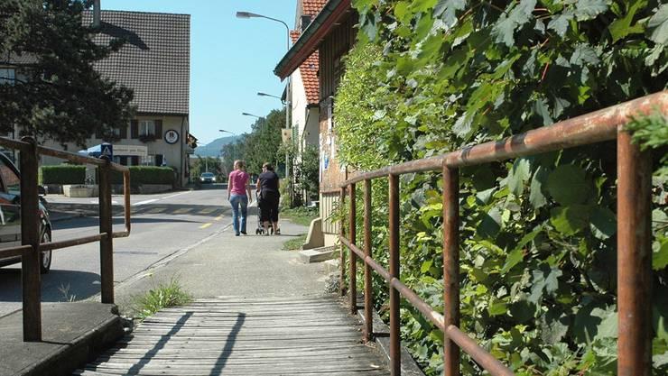 In einer ersten Phase sollen die Sanierungsarbeiten im Bereich der Bachbrücke im Dorfzentrum an die Hand genommen werden. mhu