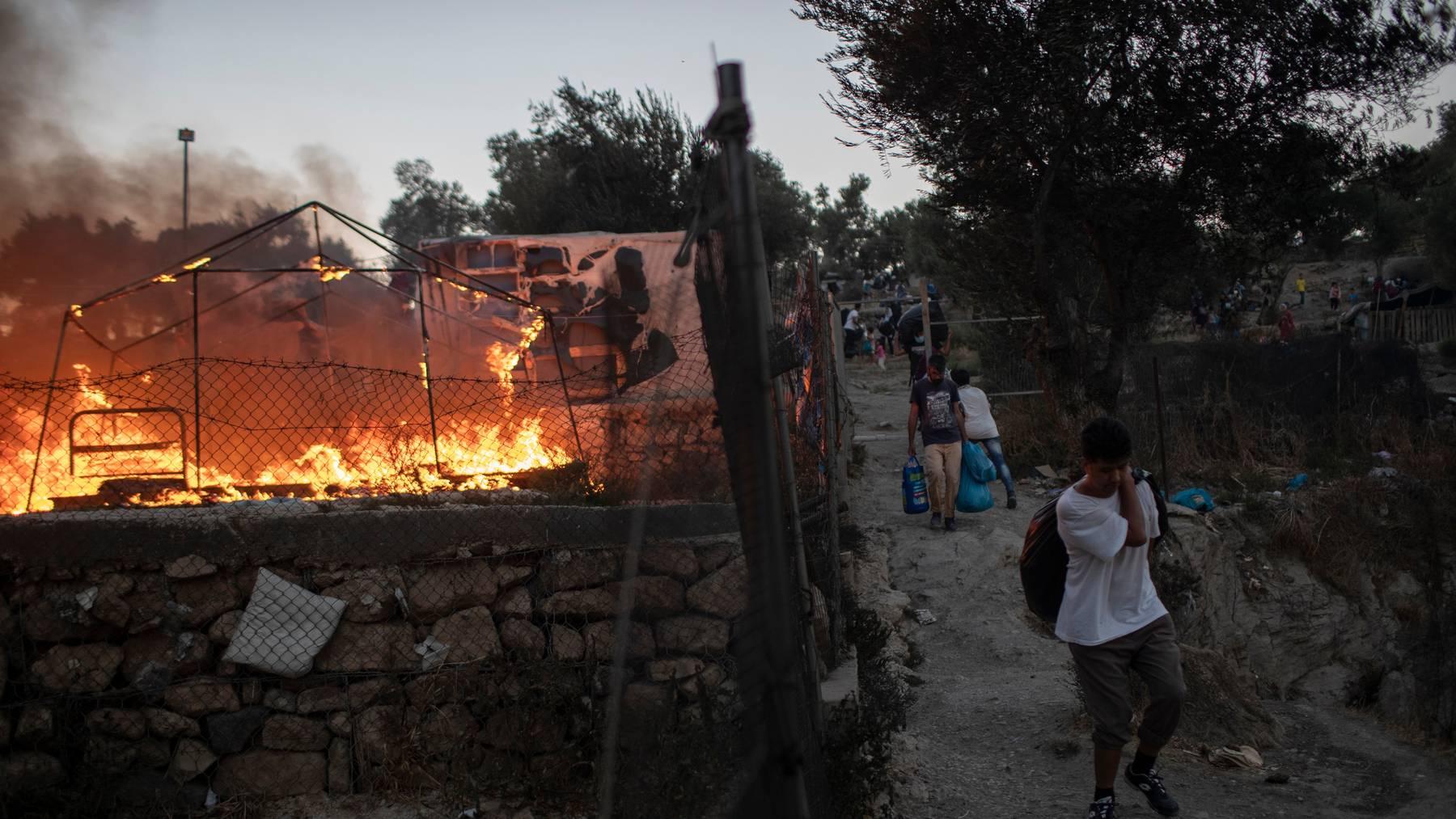 Brände haben in der Nacht auf Mittwoch grosse Teile des Flüchtlingslagers Moria auf der griechischen Insel Lesbos zerstört.