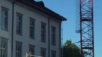 Zwei Häftlinge sind mithilfe zusammengeknoteter Bettlaken aus dem Bezirksgefängnis Baden ausgebrochen. Die beiden Männer, die wegen Vermögensdelikten in Haft waren, sind flüchtig.