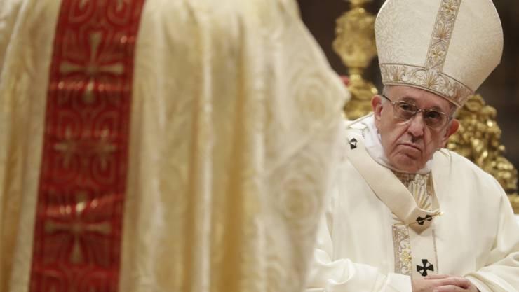 Papst Franziskus beim Zelebrieren einer Messe im Petersdom. Von Korruption im Vatikan lässt sich das Kirchenoberhaupt nicht aus der Ruhe bringen. (Archiv)