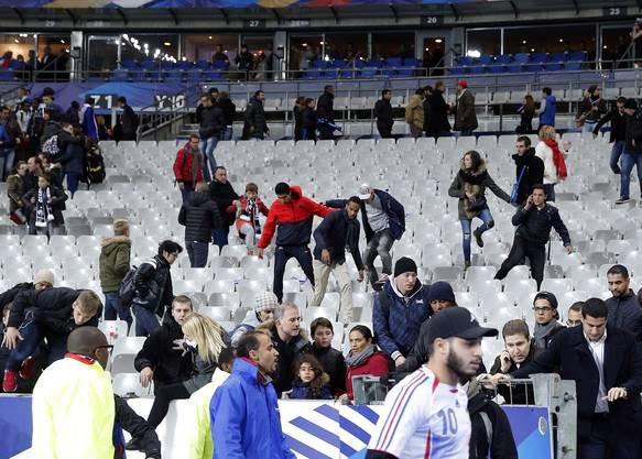 Keine Panik, aber Aufregung nach dem Spiel: Die Nachrichten über die Attentate dringen langsam durch.