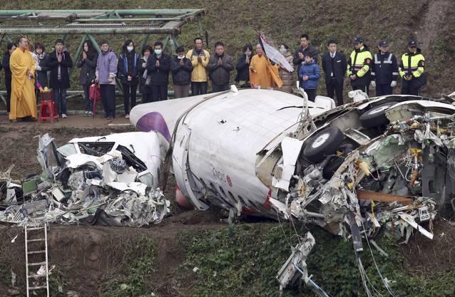 Nach dem Absturz eines Passagierflugzeugs in einen Fluss in Taipeh haben Rettungsmannschaften die Suche nach zwölf Vermissten fortgesetzt.