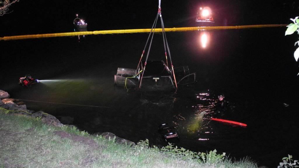 Aus fünf Metern Tiefe geborgen: Auto mit zwei Kindern an Bord in Lauerzersee gerollt.