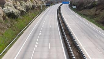 ARCHIV - Kein einziges Auto ist während der Corona-Pandemie auf der Autobahn A4 zu sehen. Foto: Robert Michael/dpa-Zentralbild/dpa