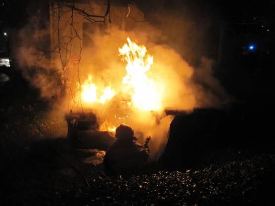 Das Auto brennt vollständig aus