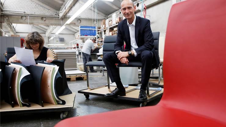 Firmenchef Michael Girsberger beim Sitztest in der hauseigenen Polsterei. hanspeter bärtschi