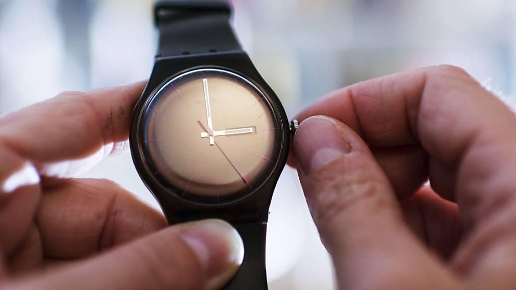 Ab kommenden Sonntag gilt wieder die Sommerzeit. Uhren werden in der Schweiz um 2 Uhr auf 3 Uhr vorgestellt. (Symbolbild)
