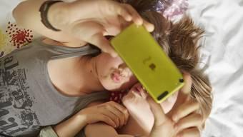 Ein 17-jähriger Luzerner soll eine 14-Jährige mit Nacktfotos erpresst haben. Der Jugendliche wurde festgenommen. (Symbolbild)