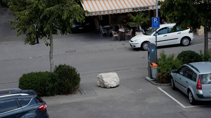 Vorher: Der «Stein des Anstosses» dort, wo er hingehört. Foto: hjs