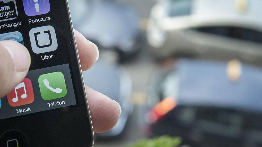 Der US-Fahrdienst Uber zeigt laut der Gewerkschaft Unia ein System der Scheinselbständigkeit. Laut einem Rechtsgutachten sind die Uber-Fahrer Arbeitnehmer. (Archiv)