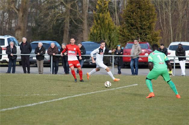 Kein Problem für FCD-Verteidiger Dejan Miljkovic (links) und FCD-Goalie Joao Ngongo, Mendrisios Trapanese erreicht den Ball nicht mehr.