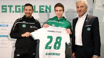 Der ehemalige Bayern-München-Spieler Gianluca Gaudino bei seiner Vorstellung beim FC St. Gallen, zusammen mit Trainer Joe Zinnbauer (links) und Präsident Dölf Früh.