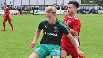Härkingens 2:0-Schütze Kilian Näf schirmt den Ball gegen Luigi Abbagnale ab.