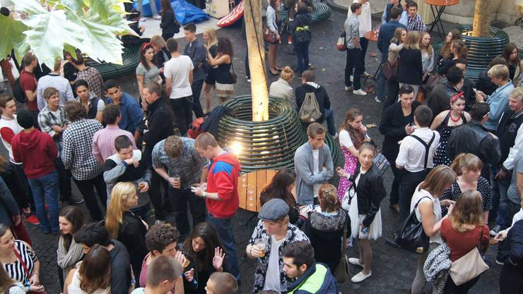Aufgeräumte Stimmung: Apéro an der diesjährigen Basler Jungbürgerfeier im Volkshaus