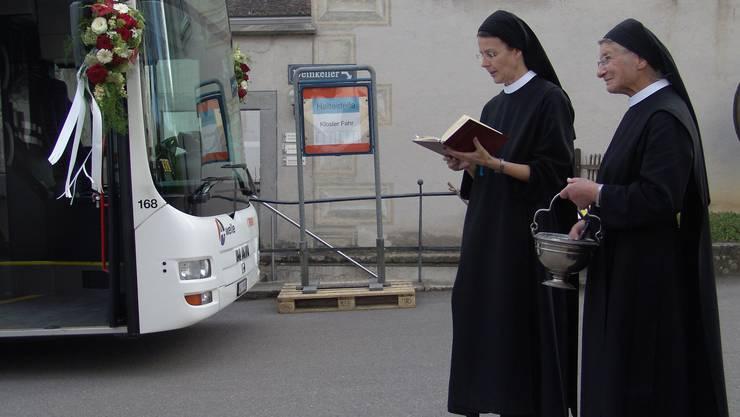 Priorin Irene segnet den Bus
