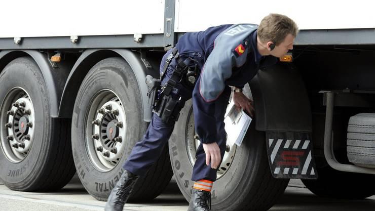 Die Polizisten untersuchten in der Nacht bei einer Schwerverkehrskontrolle insgesamt 29 Fahrzeuge. (Symbolbild)