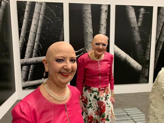 Eva und Adele an der Art Unlimited, die nur für geladene Gäste offen ist.