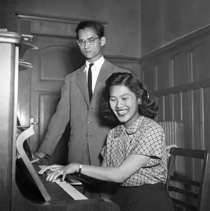 Sirikit Kitigakara, hier noch die zukünftige Frau des thailändischen Königs Bhumibol Adulyadej, spielt in Lausanne Klavier.