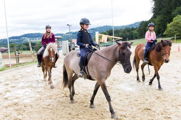 Julia Zumstein, Cosima Scholze und Line Widmer (v.l.) setzen zum Trab an. Die drei Reiterinnen zeigen, was sie können.